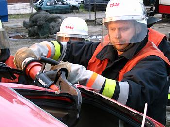 Einsatz der hydraulischen Rettungsschere - hier bei einer Übung 'PKW in Seitenlage'.